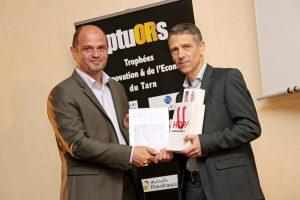 Bruno Bouteille recibiendo el trofeo de los Septuors 2017 de la mano de Matthieu Casaux
