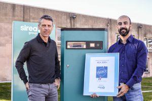 Bruno Bouteille (à gauche) et Yannick Barat (à droite) aux côtés de l'armoire AEA labellisée « Origine France Garantie »