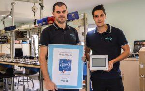 David Barreau (à gauche) et Thomas Cousinié (à droite) avec le MicroARM-A2 labellisé Origine France Garantie
